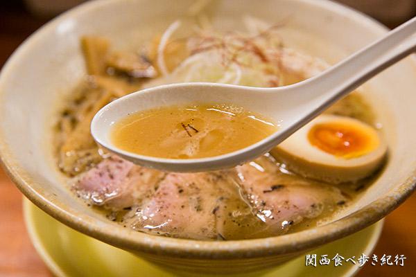 麺元素 らーめん中々のスープ