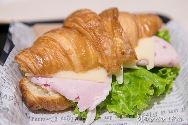 クロワッサンサンドのハムとハムとチーズ