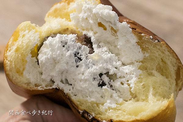 梅田のWクリームパンを半分に割ってみた写真