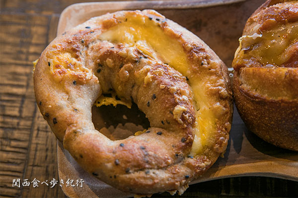 黒ゴマと3種のチーズパン