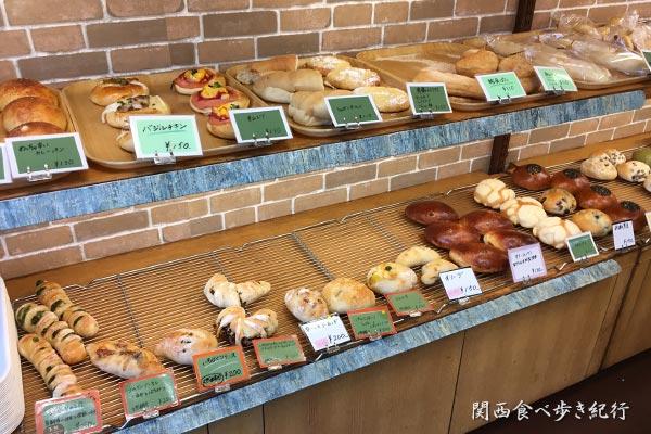 エクス・アン・アルル 東三国店の店内のパン販売コーナー