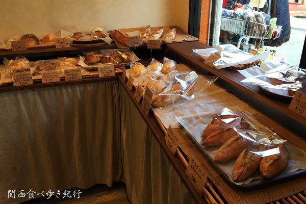 十三の一郎パンの店内