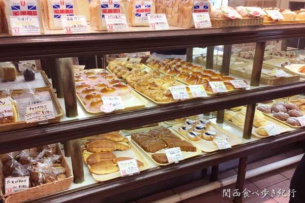 ニッシンベーカリーの店内パン販売コーナー