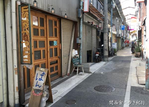 ウステトパンは中津商店街の中にあります。