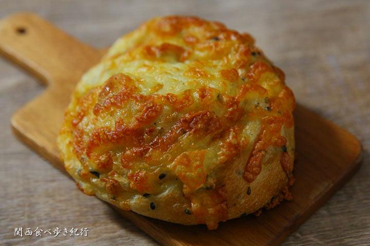 チーズまみれのごまパン