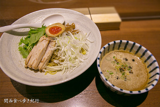 鶏白湯つけ麺を食べる