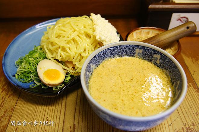 白ゴマつけ麺を食べる