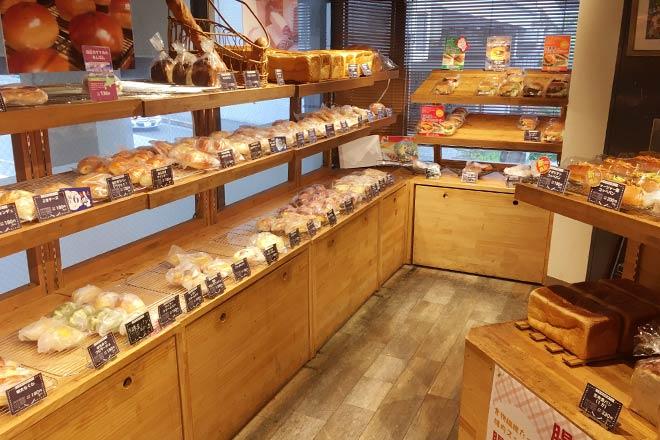 SOLVIVA BAKERYの店内のパン販売