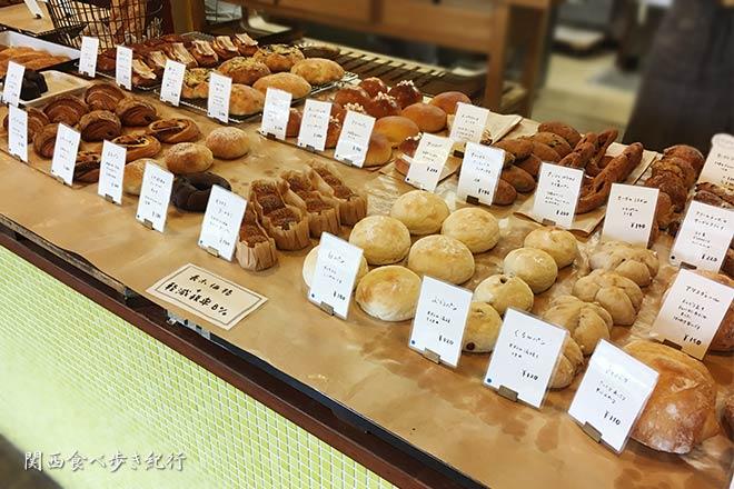 ブーランジュリーS・KAGAWAの店内のパン販売写真